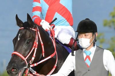 菊花賞を制し、無敗で3冠を達成したコントレイルと福永祐一騎手=京都競馬場で2020年10月25日午後3時48分、平川義之撮影