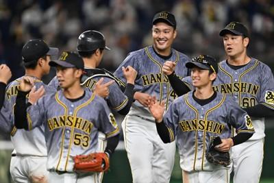 【巨人―阪神】完投勝利を挙げ笑顔を見せる阪神の秋山(右から3人目)=東京ドームで2020年10月25日、大西岳彦撮影