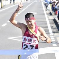トップでテープを切った鳥栖工の上田大樹選手=佐賀県白石町で2020年10月25日午後1時26分、山口響撮影