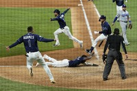 Rays defeated the Dodgers 8-7 to tie the series 2-2 games. (AP Photo/Eric Gay)