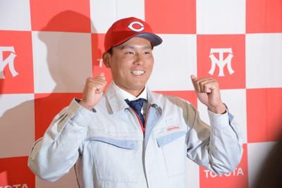 広島から1位指名され、ガッツポーズをするトヨタ自動車の栗林良吏=愛知県豊田市のトヨタスポーツセンターで2020年10月26日、森野俊撮影