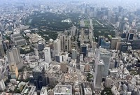 The heart of Tokyo dotted with skyscrapers is seen from a Mainichi Shimbun helicopter on Aug. 9, 2020. In the center background lies the Imperial Palace. (Mainichi/Kimi Takeuchi)