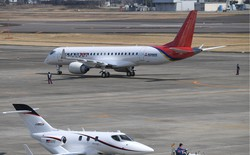 三菱航空機のジェット旅客機スペースジェットの試験10号機(奥)=名古屋空港で2020年3月18日、兵藤公治撮影