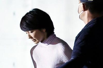 保釈され、マスクを外して一礼する河井案里議員=東京・小菅の東京拘置所で2020年10月27日午後8時55分、幾島健太郎撮影