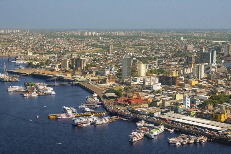 ブラジル・マナウス市の風景。手前はアマゾン川の支流、ネグロ川。マナウス市には日本の総領事館や日本人学校があり、進出している日本企業は多い=ゲッティ