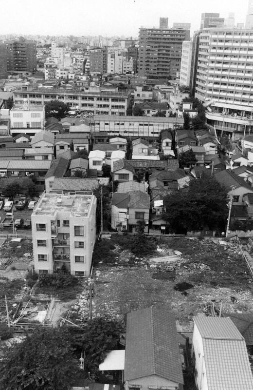 昭和60年、バブルで不動産屋に買い取られ更地となった空き地が目立つ。バブルは1990年に崩壊