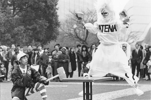 雑誌を引き裂く「怪人ハテナ」(1988年ごろ、東京・原宿で) ピカさん提供