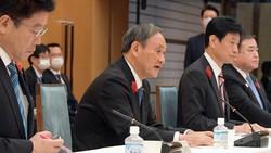 経済財政諮問会議で発言する菅義偉首相(左から2人目)=首相官邸で2020年10月6日、竹内幹撮影