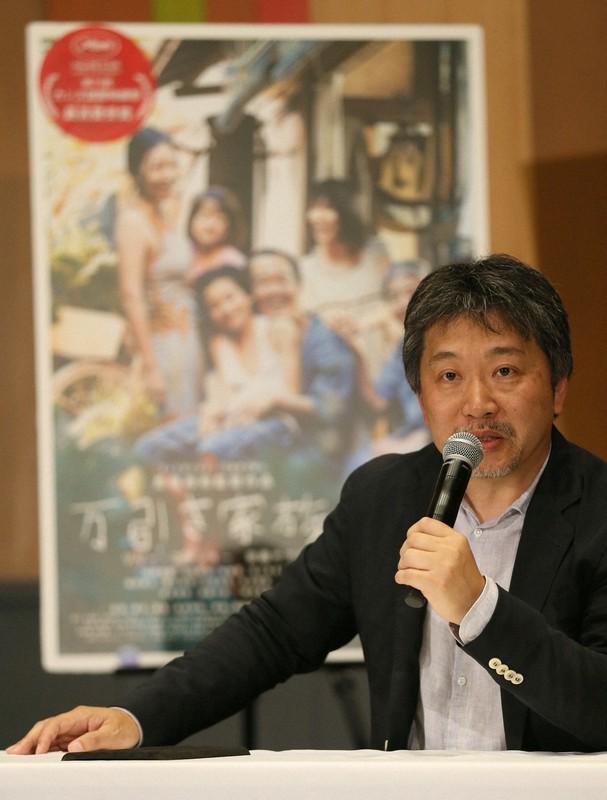 カンヌ国際映画祭で最高賞のパルムドールを受賞した是枝裕和監督=東京・羽田空港で2018年5月23日、佐々木順一撮影