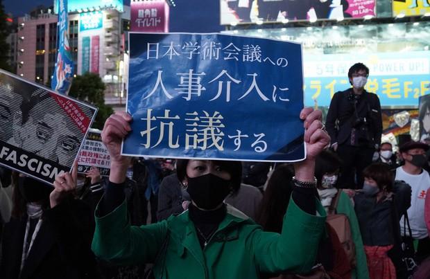日本学術会議が推薦した会員候補を菅首相が任命しなかったことに抗議するデモ=東京都渋谷区で2020年10月18日、後藤由耶撮影
