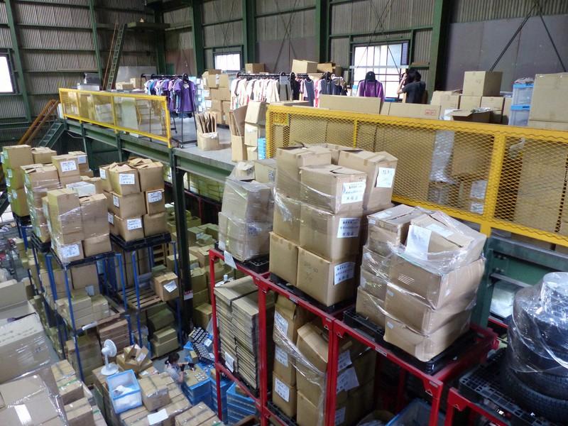 段ボールなどが積み上げられたshoichiの倉庫。アパレルメーカーから買い取った在庫品が急増している=大阪市西成区で(同社提供)