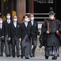 創建100年となる明治神宮を参拝された天皇陛下=東京都渋谷区で2020年10月28日午前9時50分、手塚耕一郎撮影