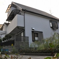 女性と祖母が同居した一戸建て。細い路地に囲まれた住宅街にある=神戸市須磨区で2020年10月23日午後4時53分、春増翔太撮影