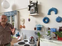 1997年に開設されたデンマーク・コペンハーゲンの回想法センター。壁には昔の調理道具がかかっている=筆者提供