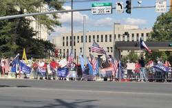 トランプ氏の退院数時間前のウォルター・リード米軍医療センター前は支持者であふれていた(筆者の家族撮影)