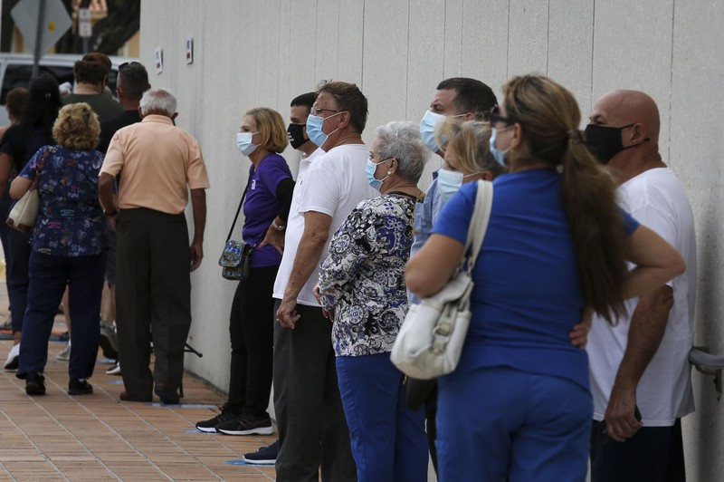 米フロリダ州の期日前投票所に並ぶ有権者。格差是正が争点だ(Bloomberg)