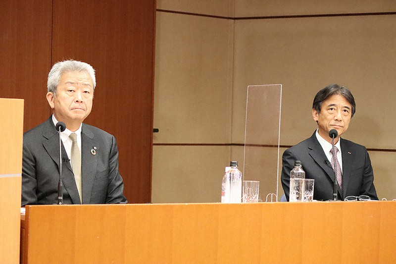 完全子会社化を発表するNTTの澤田純社長(左)とNTTドコモの吉沢和弘社長