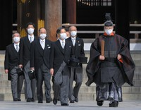 Emperor Naruhito, center, pays his respects at Meiji Jingu shrine on the 100th anniversary since its founding, in Tokyo's Shibuya Ward on the morning of Oct. 28, 2020. (Mainichi/Koichiro Tezuka)