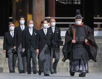 Emperor Naruhito, center, pays his respects at Meiji Jingu shrine on the 100th anniversary since its founding, in Tokyo's Shibuya Ward on the morning of Oct. 28, 2020. (Mainichi/Koichiro Tezuka)