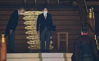 Emperor Naruhito, center, pays his respects at Meiji Jingu shrine in Tokyo's Shibuya Ward on the morning of Oct. 28, 2020. (Mainichi/Koichiro Tezuka)