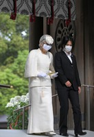 Empress Emerita Michiko, left, pays her respects at Meiji Jingu shrine on the 100th anniversary since its founding, in Tokyo's Shibuya Ward on the morning of Oct. 28, 2020. (Mainichi/Koichiro Tezuka)