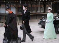 Crown Prince Fumihito, center, and Crown Princess Kiko, right, arrive to pay their respects at Meiji Jingu shrine on the 100th anniversary since its founding, in Tokyo's Shibuya Ward on the afternoon of Oct. 28, 2020. (Mainichi/Koichiro Tezuka)