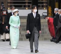 Crown Prince Fumihito and Crown Princess Kiko pay their respects at Meiji Jingu shrine on the 100th anniversary since its founding, in Tokyo's Shibuya Ward on the afternoon of Oct. 28, 2020. (Mainichi/Koichiro Tezuka)