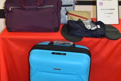 松屋銀座が12月26日から前倒しで販売する小型スーツケースなどを詰め合わせた「Go Toトラベル応援福袋」=東京都中央区で2020年10月28日、町野幸撮影