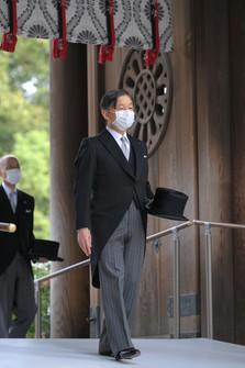 Emperor Naruhito pays his respects at Meiji Jingu shrine in Tokyo's Shibuya Ward on the morning of Oct. 28, 2020. (Mainichi/Koichiro Tezuka)