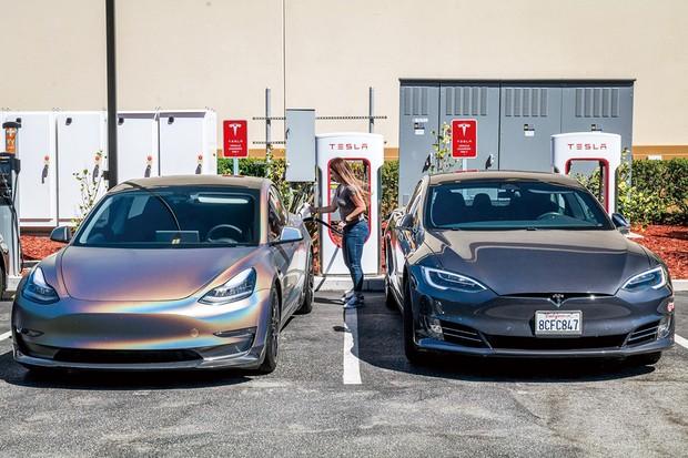 米カリフォルニアのステーションで充電されるテスラの車両 (Bloomberg)