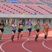 一斉にスタートを切る1区の女子選手=新潟市中央区のデンカビッグスワンスタジアムで2020年10月29日、露木陽介撮影