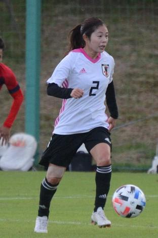 いわきFCのU18との練習試合でプレーするサッカー女子日本代表候補のMF伊藤美紀=福島・Jヴィレッジで2020年10月25日午後3時39分、大谷津統一撮影
