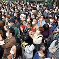 投開票の当日、「最後のお願い」を聴く人たち=大阪市中央区で2020年11月1日午後0時4分、平川義之撮影