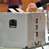 「大阪都構想」の賛否を問う住民投票で、票を投じる有権者=大阪市都島区の投票所で2020年11月1日午前9時4分、平川義之撮影