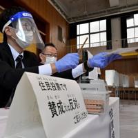 「大阪都構想」の賛否を問う住民投票の投票所=大阪市都島区で2020年11月1日午前8時57分、平川義之撮影