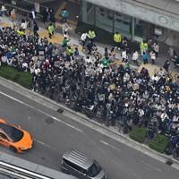 投開票日当日、最後の訴えを聞くために集まった人たち=大阪市中央区で2020年11月1日午前11時49分、本社ヘリから大西達也撮影