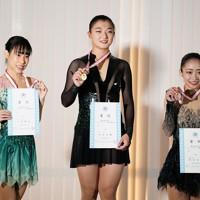 【西日本フィギュアスケート選手権第2日】女子フリーの表彰式で笑顔を見せる(左から)2位の三原舞依、優勝した坂本花織、3位の新田谷凜=京都アクアリーナで2020年10月31日(代表撮影)