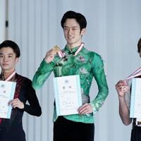 【西日本フィギュアスケート選手権第2日】男子フリー、表彰式で笑顔を見せる(左から)2位の友野一希、優勝した山本草太、3位の田中刑事=京都アクアリーナで2020年10月31日(代表撮影)