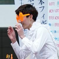 【西日本フィギュアスケートジュニア選手権第2日】ジュニア男子SP、演技を終えた三宅星南はハロウィンのコスプレをする=京都アクアリーナで2020年10月31日(代表撮影)