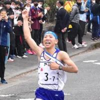 初優勝で都大路行きを決め、フィニッシュする相洋7区・石塚颯太選手(3年)=神奈川県山北町の丹沢湖周回コースで、2020年11月1日、池田直撮影