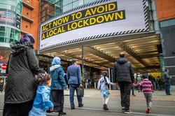 英マンチェスターには厳しい規制の回避を求めるメッセージが掲げられた(Bloomberg)