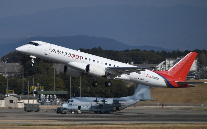 試験飛行で名古屋空港を離陸するスペースジェット=2020年3月18日、兵藤公治撮影