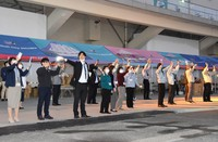 Staff at Shimizu Port see the cruise ship Asuka II off in Shizuoka's Shimizu Ward on Nov. 4, 2020. (Mainichi/Rinnosuke Fukano)