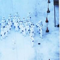 消石灰で地面が白く染まった施設で作業の準備をする防護服姿の関係者=香川県三豊市で2020年11月5日午後3時17分、本社ヘリから加古信志撮影