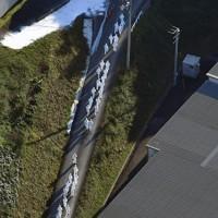 列を作って施設に向かう防護服姿の関係者=香川県三豊市で2020年11月5日午後3時15分、本社ヘリから加古信志撮影