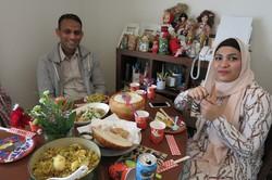 筆者が作ったビリヤニを食べるベゴムさん(右)とフセインさん=都内で2020年10月、石山絵歩撮影