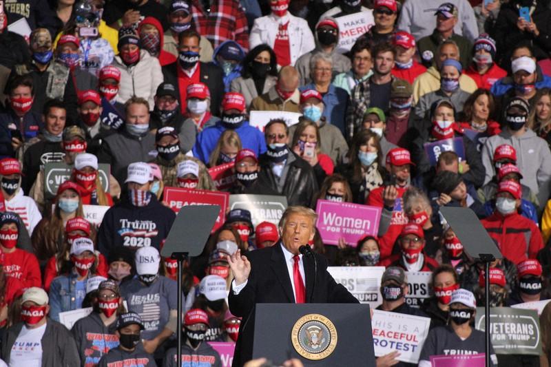 選挙集会で演説するトランプ米大統領=東部ペンシルベニア州ジョンズタウンで2020年10月13日、古本陽荘撮影