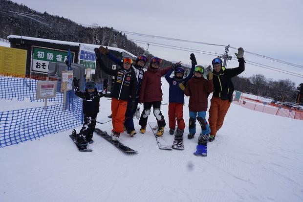 富良野スキー場(北海道富良野市)で開かれた&tomokaの年末年始キャンプに参加した子どもたち 竹内智香さん提供