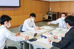 「経営シミュレーションゲーム」をする柏崎信金の職員 柏崎信金提供