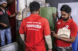 インドでも拡大する宅配サービスの配達員 (Bloomberg)